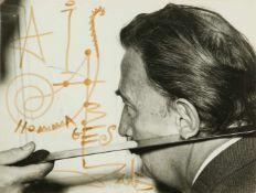 Salvador Dalí (Figueres, 1904 - 1989) Felt-tip pen autograph on a photograph. Signed. 18 x 24 cm.