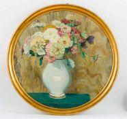 Gisevius, Gerhard (Bad Freienwalde 1879-1972) Bunte Zinnienin weißer Porzellanvase auf Tisch.