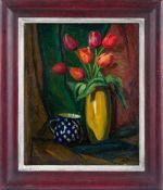 Bröker, Bernhard (1883-1969) Rote Tulpenin gelblicher Keramikvase und Bunzlauer Krug vor Draperie.