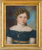 Biedermeier-Pastellmaler (um 1820) Damein blauem dekolletiertem Kleid und Goldkreuz. Blonde