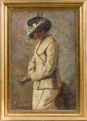 Aigens, Christian (1870-1940) Damein Straßenkostüm und Hut, beim Überstreifen des Handschuhs.