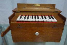 Tischharmonium, M.Kasriel, Paris, um 1900 Eichenkasten, Simile-Tastatur, spielbar, 25x45x28cm