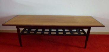 Design-Couchtisch, 1950er Jahre Palisander, rechteckig, gerundete Kanten, konische Säulenbeine,