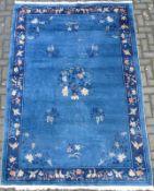kl. Zimmerteppich, China 1.Hälfte 20.Jh. blaugrundig, mittig Blumenvase, Pagode u. Räuchergefäß,
