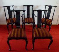 5 Hochlehner-Stühle, 20.Jh. Hartholz schwarz lackiert, geschweifte Beine u. Rücken, 1x Armlehnen,