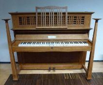 Jugendstil-Klavier, C. Bechstein, Design Walter Cave, 1910 helle Eiche, offener Oberrahmen, sich