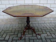 Spieltisch, England, M.19.Jh. Mahagoni,oktogonale goldgeprägte Lederplatte klapbar, 4
