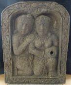 Reliefplatte Brunnen, Indonesien, 20.Jh. Basalit, 2 unter Bogen kniende Figuren, 51x40cm