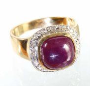 Ring, GG 585/000, 1 Rubincabochon ca. 6,0 ct, 16 Diamanten weiß (weiß gefasst), RW ca. 60