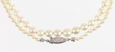 Akoja-Perlenkette im Verlauf, Schließe: WG 750/000, 1 Diamant weiß, Perlen, D = 3,9 - 6,9mm, L =