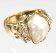 Ring, GG 750/000, dekorative Süßwasserperle, 3 Brillanten ca. 0,14 ct weiß, RW ca. 58,5; schwer