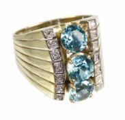 Ring, GG 585/000, 3 zentrale Zirkone (facettiert) ca. 3,4 ct, leuchtendes blaugrün, 14 Diamanten