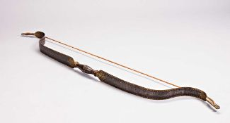 Stahlbogen. Rundes Griffstück aus Eisen, geschwungene Stahlblätter mit Sehnenaufnahme. An Rändern