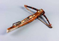 Jagdarmbrust mit Stahlbogen. An der Strickverankerung originaler Wollaufputz, Sehne und Bogenaufputz
