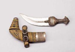 Jambiya. Zweischneidige gekrümmte Klinge mit starkem Mittelgrat. Horngriff und Scheide mit