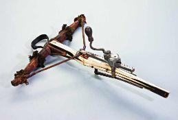 Jagdarmbrust mit Hornbogen. Mit Leder belegt. Originaler Wollaufputz. Verankerung mit Stricken und