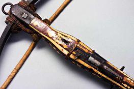 Jagdarmbrust mit Stahlbogen und Strickverankerung. Holzsäule auf der Oberseite und oben seitlich mit