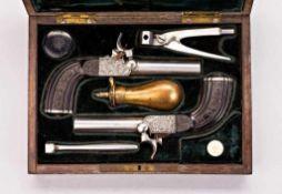 Perkussions-Pistolenpaar mit abschraubbaren gezogenen Läufen. Die Schlosskästen fein graviert mit