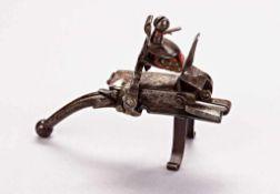 Steinschloss-Feuerzeug mit außen liegender Mechanik. Viereckiges Behältnis mit Schuber zur