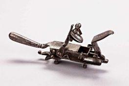 Steinschloss-Feuerzeug mit außen liegender Mechanik, gegenüber verriegelte Klappe zur Bevorratung