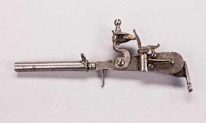 Steinschloss-Pulverprüfer mit rundem Griff, der zugleich als Pulvermaß mit Skala dient. Offene