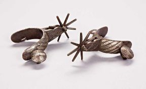 Sporenpaar in schwerer Eisenausführung mit aufgelegten Silberstreifen. Bewegliche Knöpfe für die