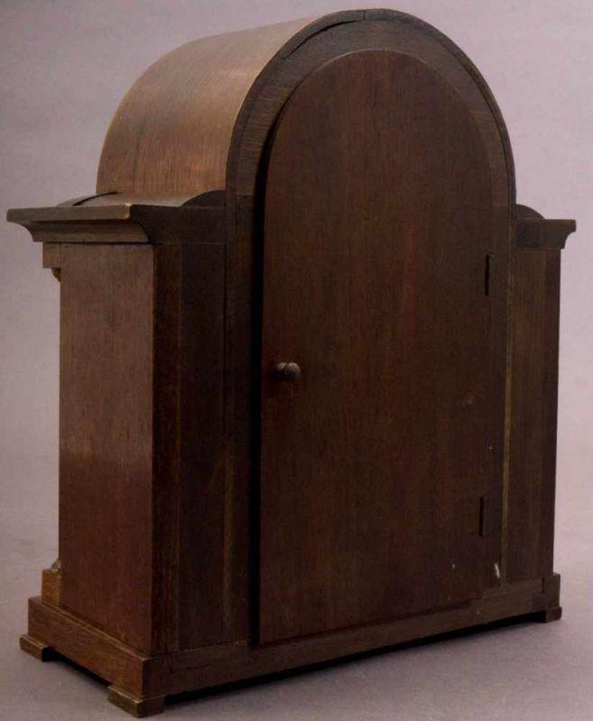 Lot 5814 - Tischuhr/Vertikouhr um 1900/20. Eichengehäuse mit seitlich frontal gestellten Säulen, ca. 31 x 26