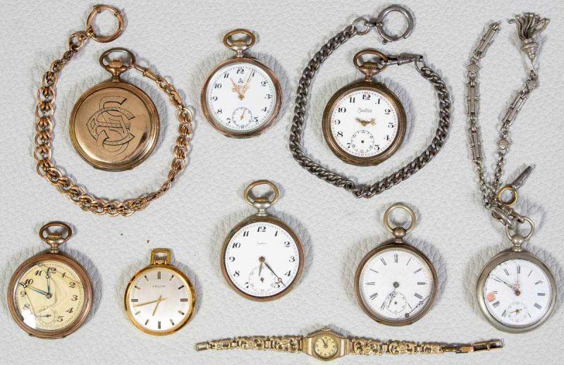 Lot 5818 - Konvolut aus 8 alten/antiken Taschen- & 1 Armbanduhr. Versch. Alter, Größen, Materialien & Erhalt.