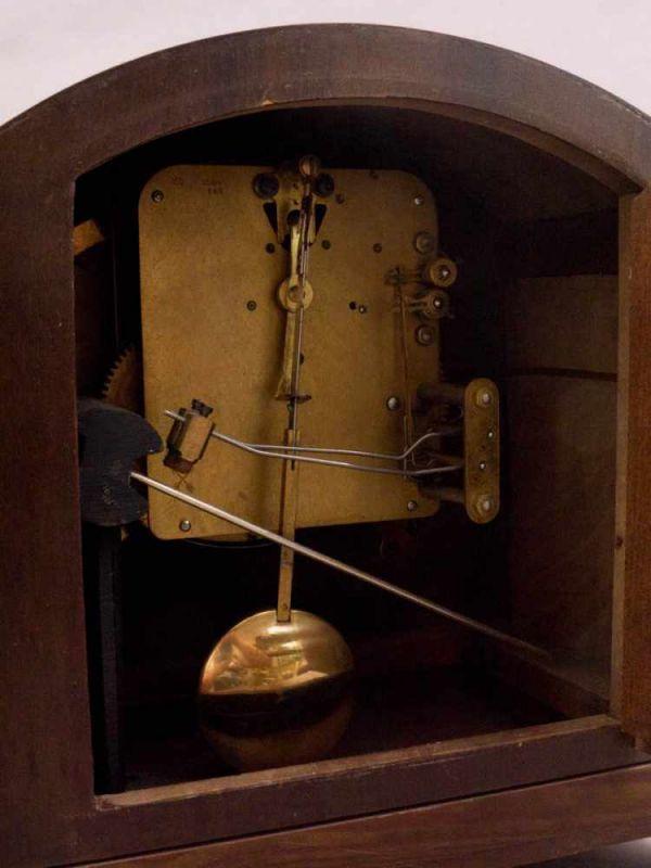 Lot 5815 - Buffetuhr der 1920/30er Jahre, Nussbaum furniertes Holzgehäuse, Messingvollplatinenwerk, nicht auf