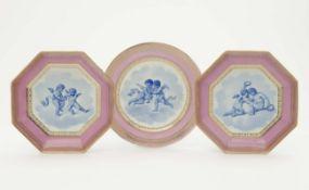 Teller und zwei achteckige Schalen Sèvres, um 1780 Porzellan. Goldstaffage. Fahnen mit rosa Fond und