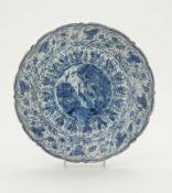 Platte Delft, 18. Jh., De Porceleyne Bijl Fayence. Blaudekor in chinesischem Stil: Im Spiegel