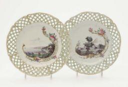 Vier Teller Nymphenburg, 1770 - 1780 Porzellan. Grün und Gold staffiert. Rund mit gitterförmig