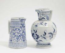 Zwei Kannen Rauenstein, Ende 19. Jh. Porzellan. Zylindrisch bzw. Balusterform. Versch. Blaudekore.