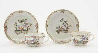 Zwei Tassen mit Untertassen Nymphenburg, um 1765 Porzellan. Goldstaffage. Bunter Dekor: Vögel in