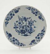 Platte wohl Hanau, um 1700 Fayence. Blaudekor: Auf der Fahne und im Spiegel Vasen mit Blütenstauden.