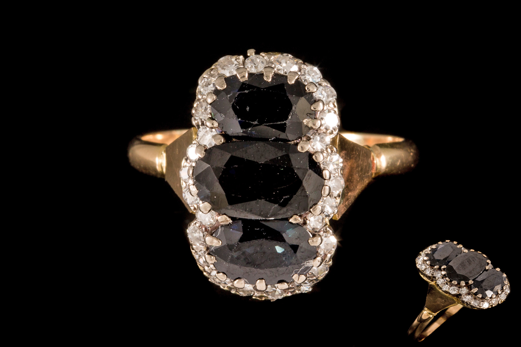 Lot 32 - A DIAMOND AND SAPPHIRE CLUSTER RING,