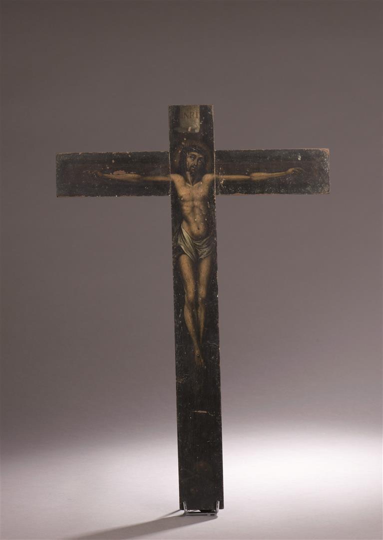Lot 34 - Crucifix à titulus et crâne en bois peint polychrome. France ou Espagne, XVIIe [...]