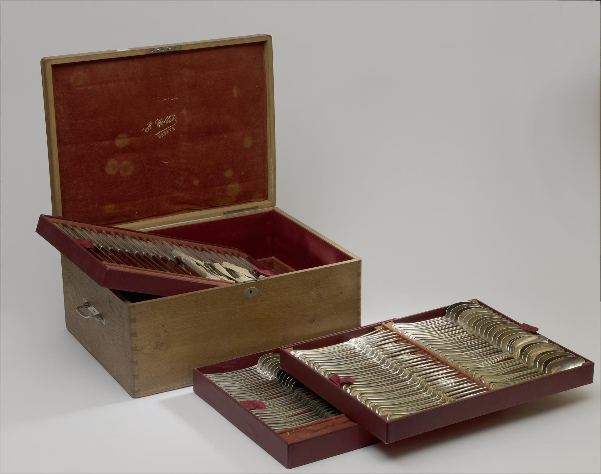 Lot 25 - Ménagère en argent modèle à filet comprenant : 24 couverts de table, 24 couteaux [...]