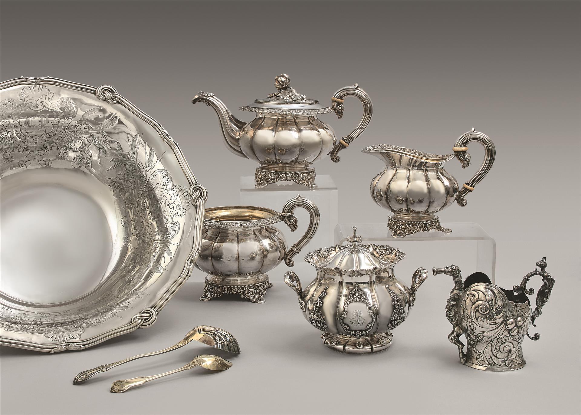 Lot 11 - Service à thé en argent 950 millièmes, à larges godrons unis, les bords et la [...]