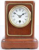 Tischuhr Lenzkirch um 1900. Holzgehäuse mit Emaillezifferblatt hinter Glas. Messingräderwerk mit