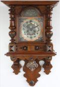 Jugendstil Freischwinger Holzgehäuse mit Metallzifferblatt hinter Glas. Pendulenwerk mit Schlag
