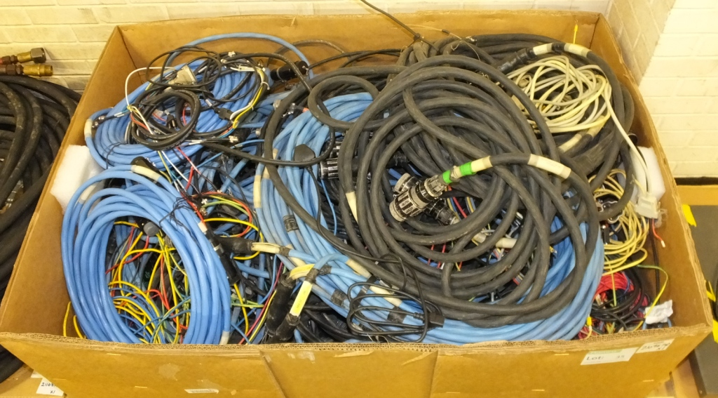 Lot 35 - Assorted redundant cables