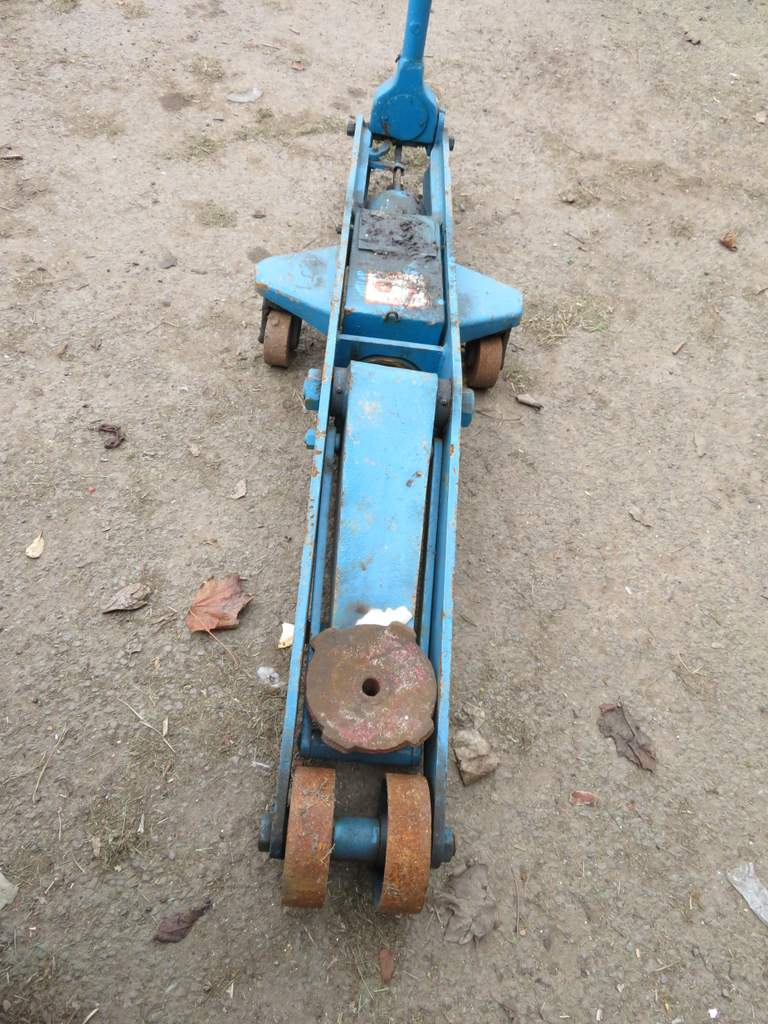 Lot 22 - 10 Tonne S.W.L Garage trolley Jack