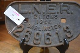 Railwayana: LNER, a cast iron wagon plate, Darlington, 21 tons 1944. 27.5cm
