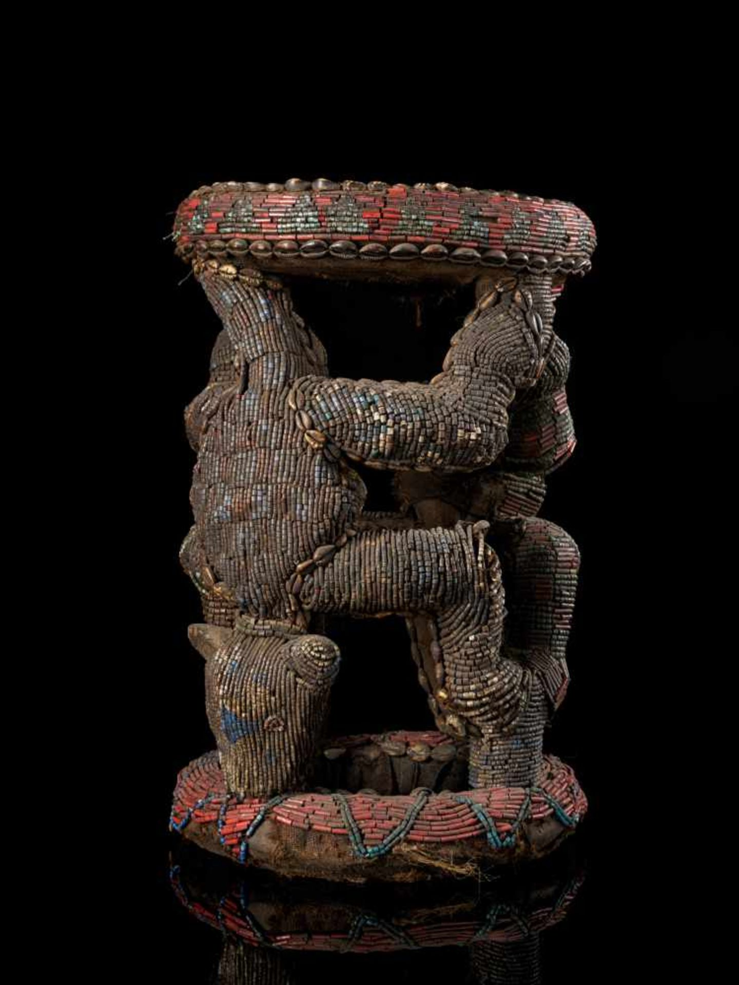 Beaded Royal Stool Supported By Two Leopards - Tribal ArtThis stunning stool has a round base and - Bild 3 aus 5