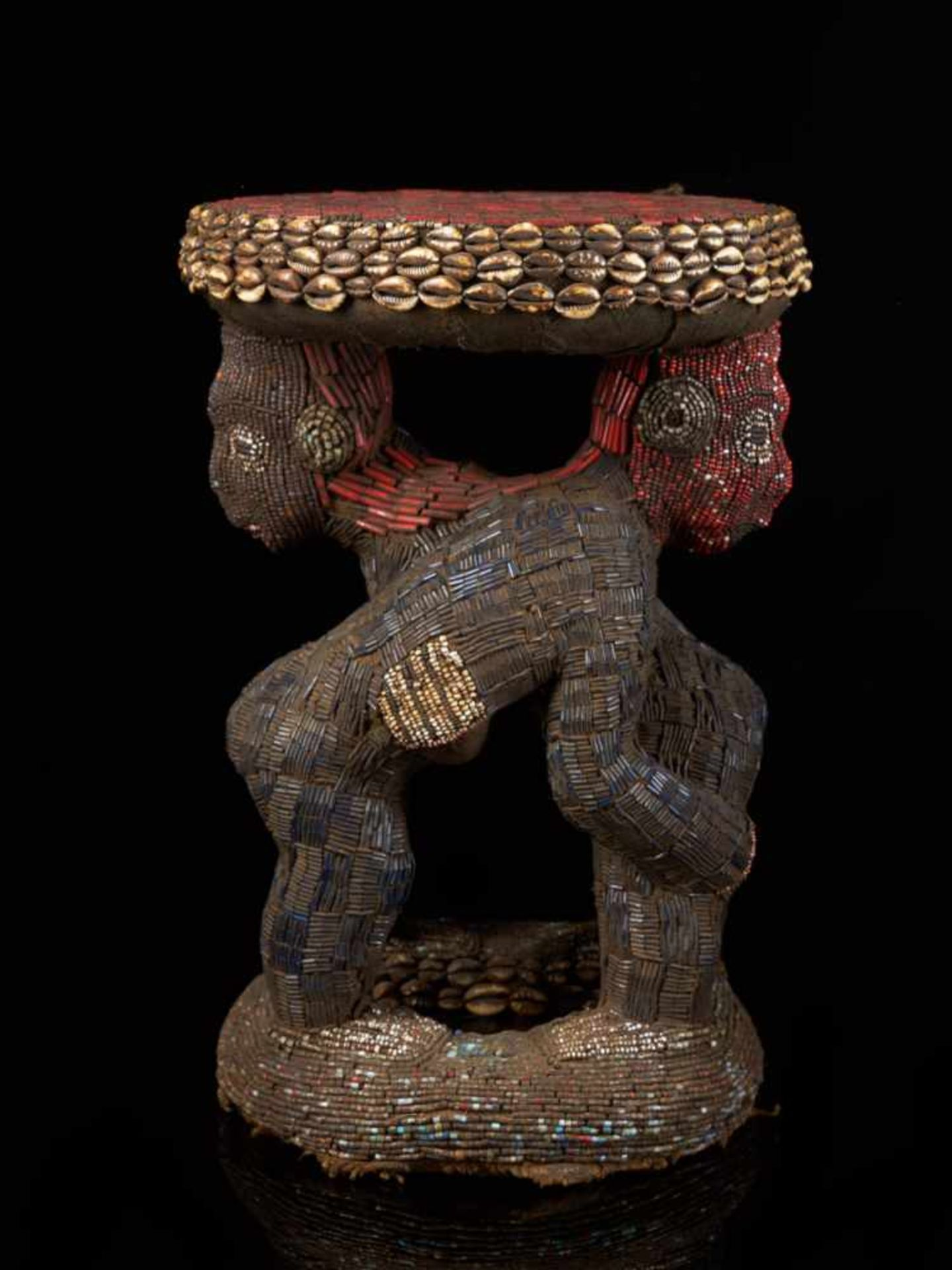 Beaded Royal Stool Supported By Two Figures - Tribal ArtThis exquisite stool has a round base and - Bild 5 aus 5