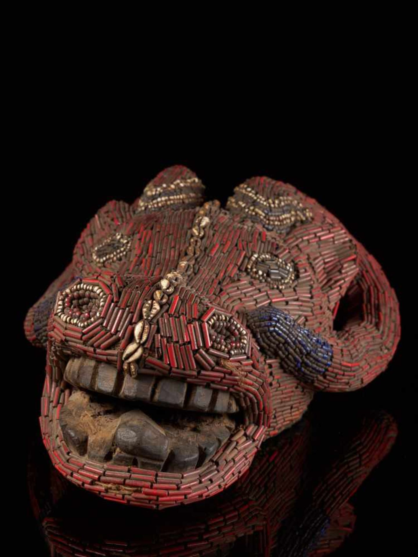 Beaded Red Buffalo Dancing Group Mask - Tribal ArtA gorgeous red buffalo mask. The wooden mask is - Bild 6 aus 6