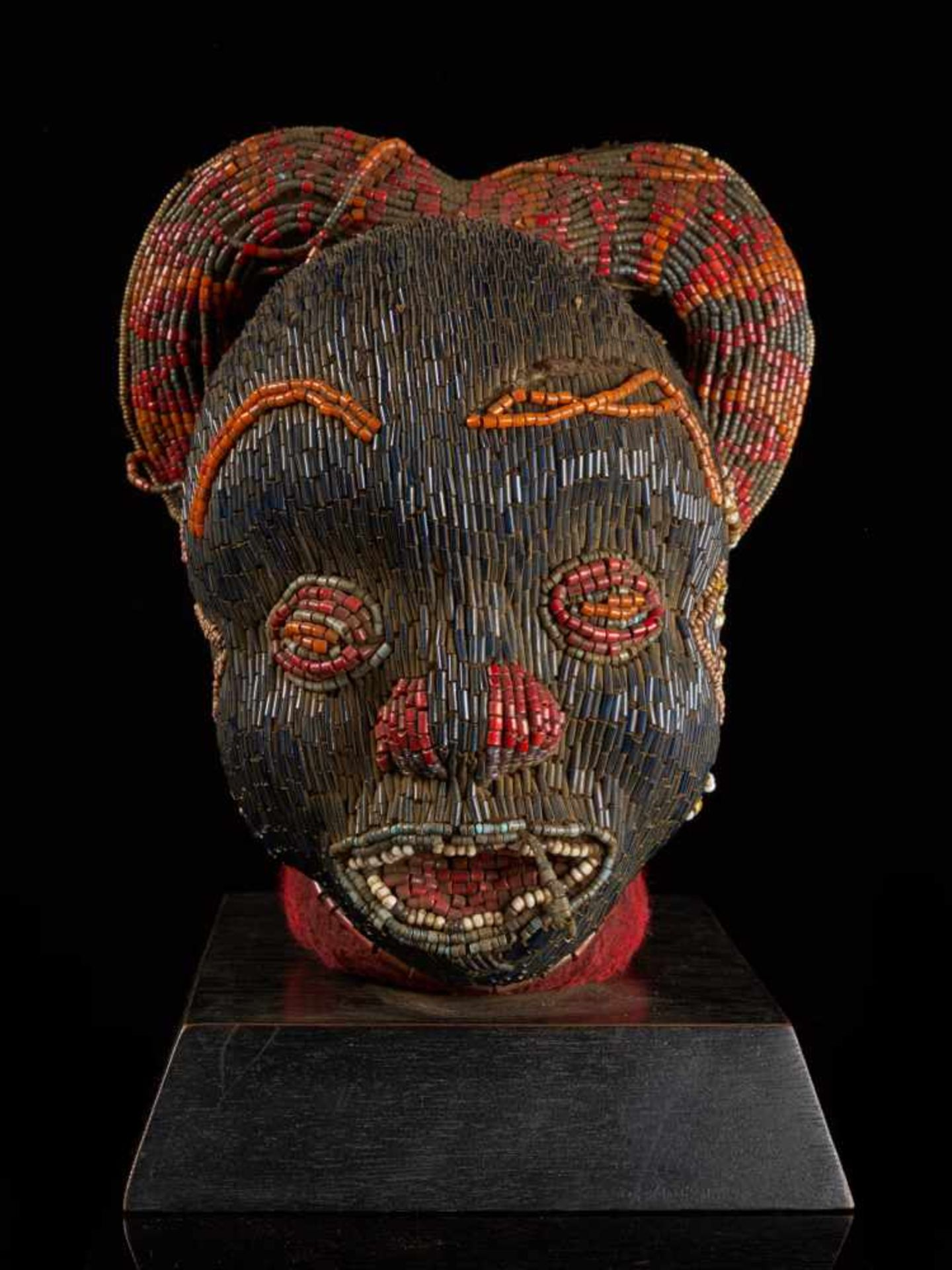 Beaded Janus Head Sculpture With Headdress - Tribal ArtThis beautiful two-faced head sculpture is - Bild 6 aus 6