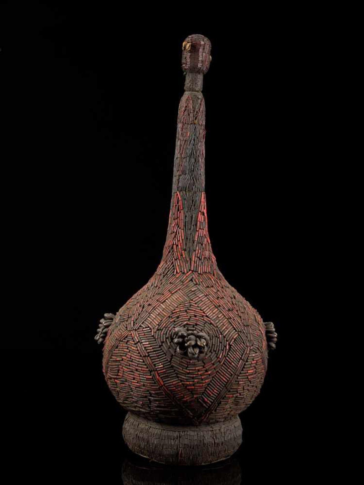 Beaded Palm Wine Vessel Topped With Human Figure - Tribal ArtThis impressive beaded wine vessel is - Bild 4 aus 8