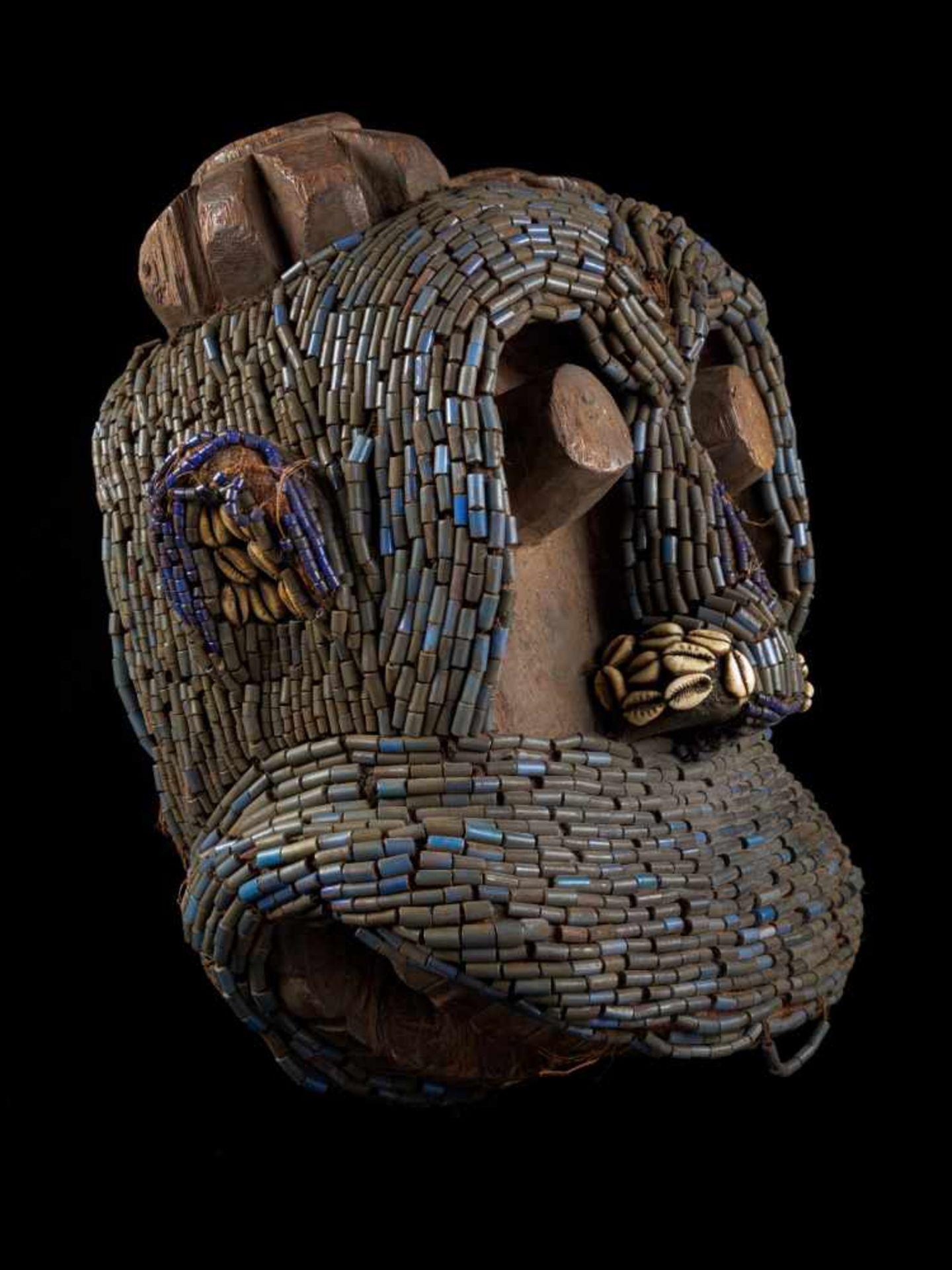 Beaded Gorilla Mask With Wooden Headdress - Tribal ArtA beautiful gorilla mask fashioned from wood - Bild 5 aus 7